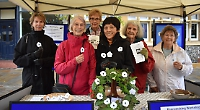 Quakers give out poppies for peace